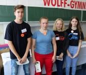 ► Das Christian-Wolff-Gymnasium präsentierte sich unter anderem zur diesjährigen Schulmesse. Neben ein paar Schülerratsmitgliedern, die den interessierten Besuchern weiterhalfen, ...