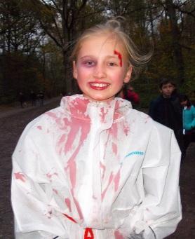 ► Unter den SchülerInnen gab es zahlreiche verkleidete Kinder, wie z.B. Henriette Eckert, die mit dem besten Kostüm ausgezeichnet wurde, ...