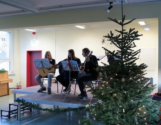 ► Zum Weihnachtskonzert gab es eine Reihe an Auftritten, so auch von dem Gitarrenensemble,