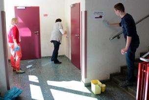► Trotz besten Wetters wurde in diesem Jahr besonderer Wert auf die Reinigung von Wänden im Schulhaus gelegt. Hier waren u.a. Frau Vater, Frau Würfel, Frau Willmann und die SchülerInnen der Klasse 8d aktiv.