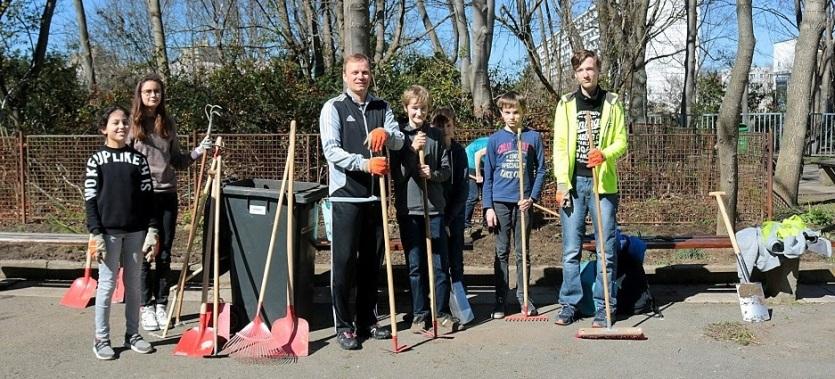 ► Die Gruppe für die Pflege der Grünflächen um Schulleiter Herr Slowig nach ihrer fleißigen Arbeit.