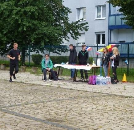 ► Ein Rückblick auf Spendenläufe zu Schulfesten: Links unser Schulleiter Herr Slowig beim Schulfest 2015,