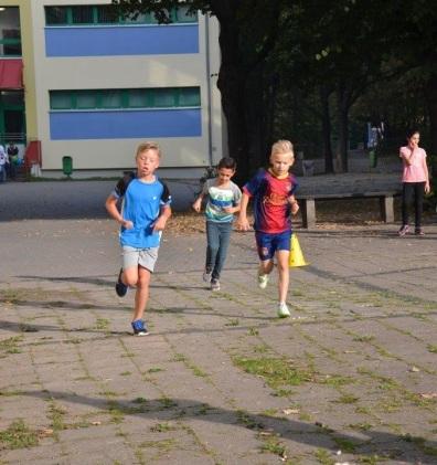im rechten Foto der Lauf beim Schulfest 2016 zum 25-jährigen Jubiläum.