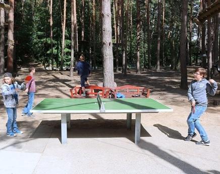 ► Zu Beginn unserer Abschlussfeier konnten sich die Fünftklässler mit Tischtennis...