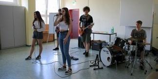 """► Nach einem Stück der Theater-AG von Frau Feldmeier und zwei Auftritten unserer Schulband """"Friday Afternoon""""..."""