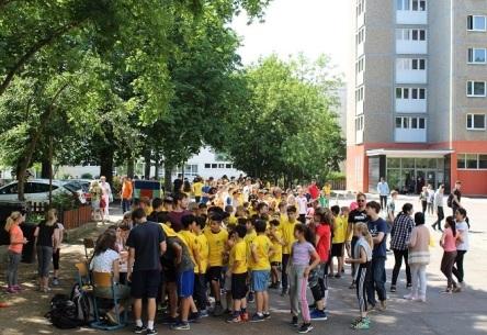 ► Bei der Anmeldung der LäuferInnen hatten die HelferInnen, darunter Schülerinnen der Klasse 11b, alle Hände voll zu tun.
