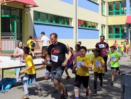► Kurz nach dem Start wurden die Läufer, darunter Herr Slowig und Herr Pötschke (l.), ...