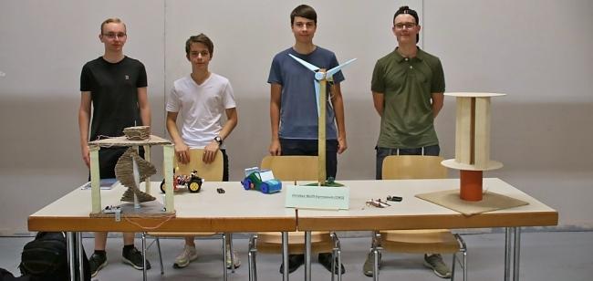 Vier SchülerInnen unserer Schule präsentieren ihre gelungenen Ergebnisse in einer Ausstellung
